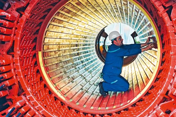 mm140006-doel-werknemer-aan-het-werk-binnenin-as-turbine-d4.jpg